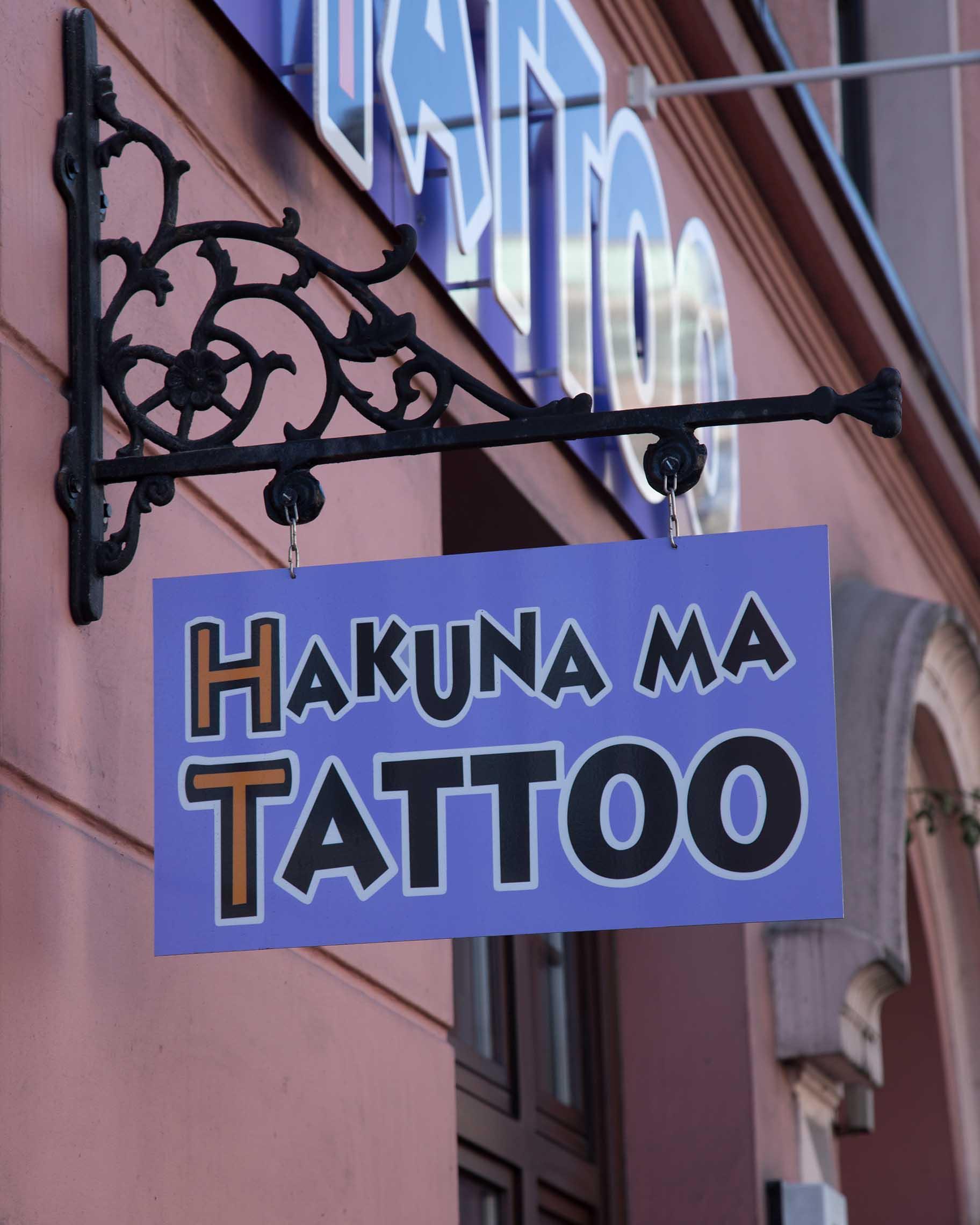 Hakuna Ma Tattoo Ladenschild